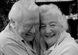 Cuplu varstnici fericiti